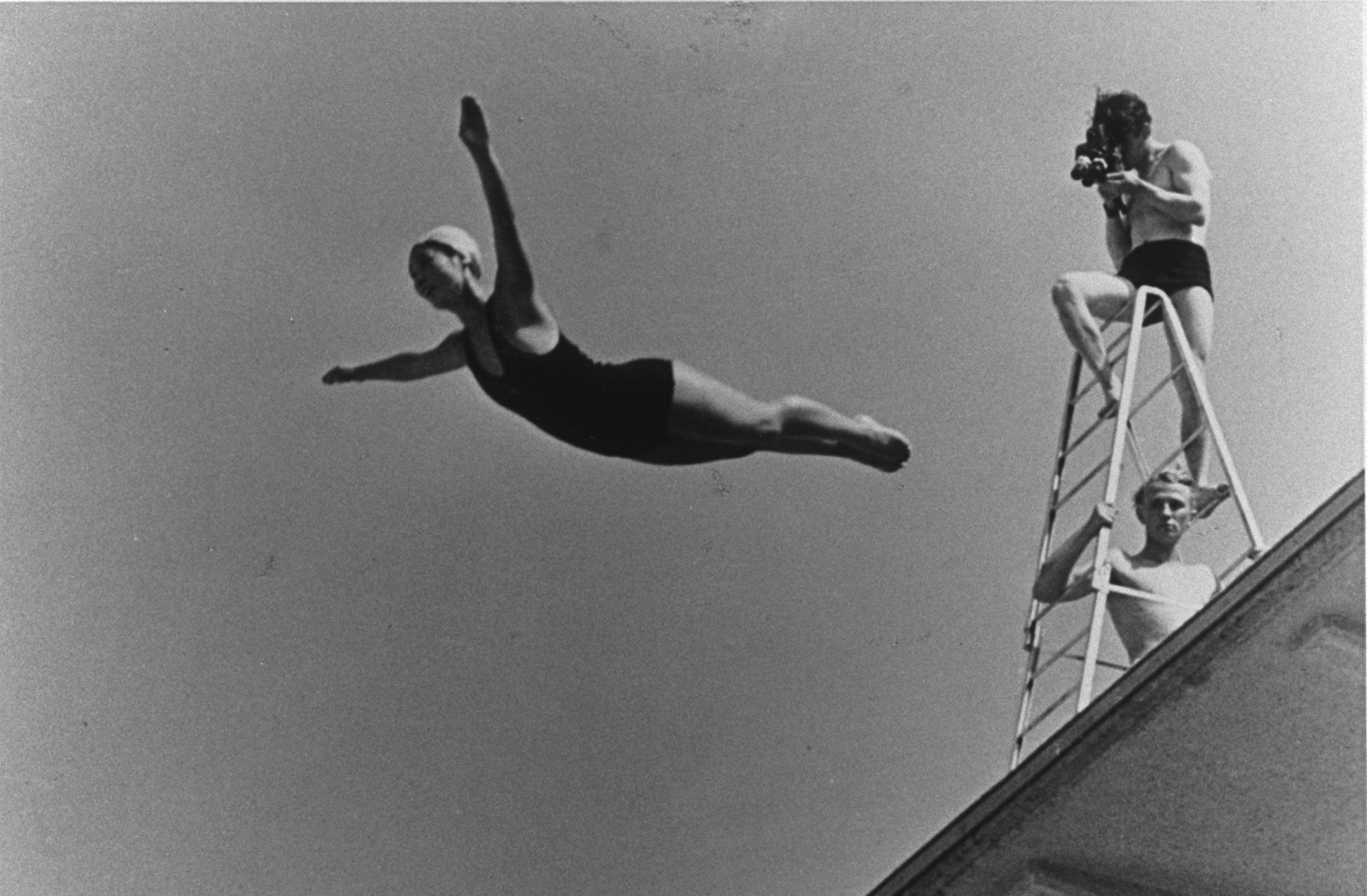 "Berlin 1936 OG, Shooting of ""Olympia"", documentary film by Leni RIEFENSTAHL - A cameraman on the diving board, filming a female diver."